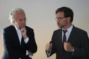 Werner Sobek und Florian Pronold bei der Vorstellung der beiden Modellbauten