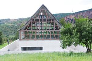 Vollverglaster Giebel bringt Licht unter das Kaltdach (Südwestansicht); dahinter der Rotenstein<br />