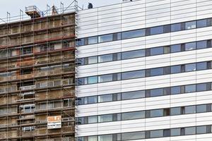 Weder die Sandwich-Elemente noch die Aluminiumfenster entsprachen den heutigen Wärmeschutzanforderungen, weswegen die Fassade saniert wurde