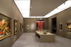 In den Ausstellungsräumen wurde mit den entlang der Wände verlaufenden Kunstlichtrahmen speziell für das Museum eine besondere Lichtlösung realisiert
