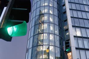 Panorama- und Glasaufzüge werden gerne zur Betonung einer repräsentativen Architektur eingesetzt, sollten aber in die Verkehrsplanung nur im begrenzten Maße einbezogen werden
