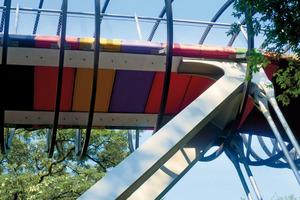 Spannbänder aus hochfestem Stahl tragen den farbigen Brückensteg.                    Breite: 2,8 cm           (Quelle: Stahl-Informations-Zentrum)