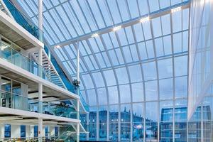 Das Atrium verbindet die beiden<br />Büroflügel über alle acht Geschosse des Gebäudes