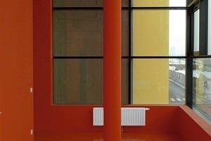 Die Treppenhäuser sind in leuchtendem Rot gehalten. Große Glasflächen machen sie zu hellen Räumen mit Ausblick<br />
