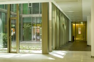 Im rundum verglasten Innenatrium, das sich als lichter Raum von 7m x 14m über alle Geschosse zieht, wächst ein japanischer Garten, der kontemplative Stille verbreitet<br />