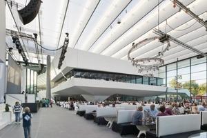 Die unter dem Lamellendach entstandene Loggia empfängt alle Besucher und leitet sie wettergeschützt in die lichtdurchflutete zentrale Eingangshalle und das Foyer<br />