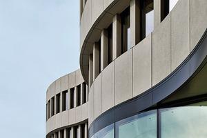 Rechts: Zur Abstimmung des Übergangs der Glasfassade zu der Betonfassade standen die beiden ausführenden Firmen und der Fassadenberater in einem regelmäßigen Austausch. Einmal pro Woche trafen sich die Fachplaner zu einem Jour fixe