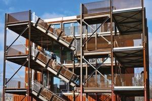 Im Kopfbau des BT2 (Johnny) ist der Treppenhauskern mit dem Gebäude statisch verbunden. Diese Lösung führte zu Schwierigkeiten in der Nachweisführung und Umsetzung. Aus diesem Grund wurde in allen weiteren Wohnheimen der Laubengang statisch unabhängig vom Gebäude konstruiert. Zudem sind die Laubengänge aus Stahl eine wichtige Brandschutzmaßnahme im dauerhaften Wohnungsbau aus Containern, um so den Brandüberschlag in die angrenzenden Geschosse zu verhindern