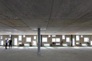 Die weit spannenden Geschossdecken erforderten Gleitlager am oberen Abschluss der Fassadenelemente
