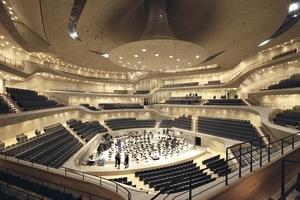 """Der Große Saal, in welchem mit einem Parforceritt durch die Musikgeschichte und einem Auftragswerk (Wolfgang Rihm: """"Reminiszenz"""") das Akustikwunder offenbar werden sollte"""