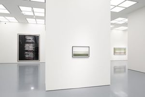 """Ausstellungsansicht. In der Mitte auch ein Bild vom Fluss: """"Rhein II"""", Gursky 1999"""