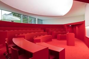 Für halbrunden Hörsäle wurde eine Größe für bis zu 60 Personen mit aufsteigenden Sitzreihen gewählt, so dass man auch in der hintersten Reihe noch nah am Rednerpult ist