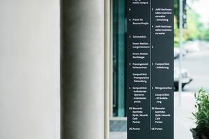 Ein Leitsystem muss aus der richtigen Entfernung die richtige Information liefern. Beschriftungen mit Fern- und Nahwirkung unterscheiden sich daher in Größe, Ausführung und Platzierung. Die freistehende Infostele macht mit großen, beleuchteten Lettern von weitem auf sich aufmerksam. Aus der Nähe weist sie in optimaler Lesehöhe den Weg zu den Eingängen<br />