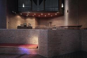 Orgel mit Chorempore leicht erhöht im Rücken der Gemeinde
