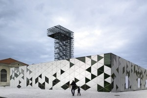 Die Cité du Design befindet sich auf dem ehemaligen Gelände einer Waffenmanufaktur. Das Bauvorhaben umfasste die Sanierung verschiedener historischer Gebäude sowie den Neubau der sogenannten Platine, einen Aussichtsturm, Gärten und einen öffentlichen Platz<br />