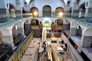 Blick in die noch unsanierte Halle des Jugendstilbades mit Schalungsarbeiten am alten Becken