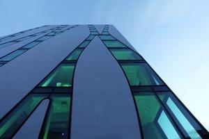 Die Betonelemente der Fassade sind mit Mosaikfliesen verkleidet<br />