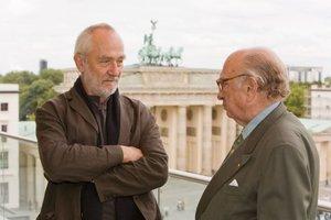 Peter Zumthor mit Otto Graf Lambsdorff auf dem Dach der Akademie der Künste