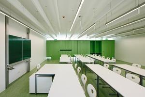 Zu den Unterrichtsräumen vermittelt die lineare Kastenwand mit Unter- und Oberlicht, was zusätzliches Sonnenlicht in die Klassen bringt<br />