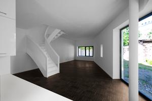 """<div class=""""2.6 Bildunterschrift"""">Im oberen Geschoss wurden in der Dachschräge Velux Elektrofenster verwendet. Lediglich 230 V benötigen die Fenster, um per Funk bedient zu werden. Durch die schrägen Dachfenster fällt viel Tageslicht in den Raum</div>"""