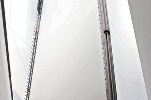 Die amorph gespannte Membran entkoppelt einen zweiten Turm von Witterungseinflüssen. In diesem schwingt knapp über dem Fußboden ein Pendel