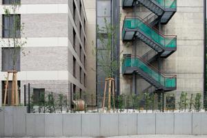Am südlichen Ende: Die Fluchttreppe. Links der vorgesetzte, fünfgeschossige Riegel, der den Blockrand wieder schließen soll und die Rückseite zum Entree macht