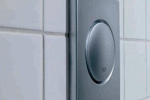 Mit der Sanierung des Dortmunder U-Turms erhielten auch die Waschräume ein neues Design mit modernsten Lösungen. Die elegante, klar gestaltete WC-Abdeckplatte Skate sowie die Nova Cosmopolitan-Betätigung an den Urinalen lassen die zuverlässige Technik dezent hinter der Wand verschwinden und sind besonders reinigungsfreundlich<br />