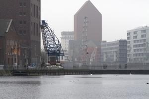Ein Signal: der Archivturm spiegelt sich im ehemaligen Hafenbecken