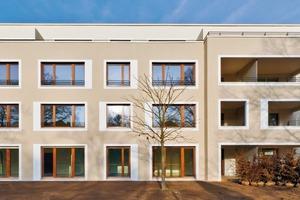Die Wohnungen verfügen über große Fensteröffnungen mit einer durchgängigen Fensterbrüstungshöhe von 60cm. Die dahinter liegenden Räume wirken dadurch großzügiger und der Kontakt zum Außenraum wird erweitert und verstärkt