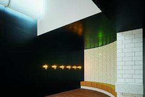 Die Themen Licht, Lichtlenkung, Transparenz, Einblicke und Ausblicke spielen eine große Rolle in der Arbeit der Architekten. Die Auseinandersetzung damit spiegelt sich in den Atmosphären der Innenräume wider