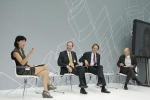 Auf dem Abschluss-Podium (v. l. n. r.): Karen Wong, stellvertr. Direktorin des New Museum, New York; Alasdair Ross, Leiter der Presseagentur des Economist Intelligence Unit, London; Heinrich Wefing, DIE ZEIT (Gesamtmoderation) und Chris Anderson, Chefredakteur Wired USA
