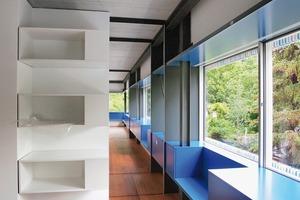 Keine der innenliegenden Wände ist tragend! Das Obergeschoss ist bestimmt durch das umlaufende 1,20m hohe Langfenster mit seinen Einbauten, zum Beispiel den umlaufenden Sitzbänken