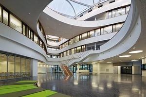 Blick zum Eingangsbereich mit Seminarräumen und Cafeteria
