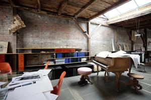 Weitläufiges Baller-Atelier im Dach mit einem der beiden Flügel