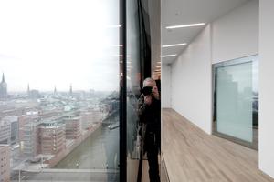 Ausblicke vom Foyer auf die Stadt und das Fenster zum Großen Saal, das meist wohl geschlossen bleibt