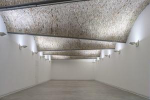 Sakrale Anmutung: Ausstellungsraum unter traditionellem Tonnengewölbe