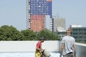 Der Baustopp scheint zunächst abgewendet, hier Dacharbeiten auf dem Verwaltungsriegel im Sommer