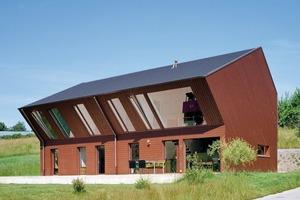Für die Eindeckung der Dachfläche wurden die Glattziegel DOMINO® aus Ton von Creaton verwendet. Wie Schindel aufgebracht sorgen sie für Witterungsschutz. Zur Stabilität und als Kondensatleiter sind rückseitig Rippen angebracht