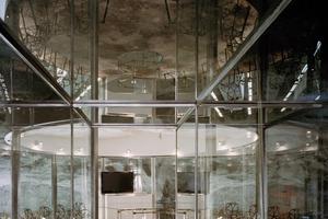 Blick über den Glasgang in den Konferenzraum<br />