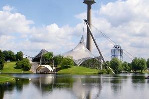 Ansicht Olympia Park mit Schwimmhalle. Darüber der Fernsehturm, rechts hinten das BMW-Hochhaus (1968-1972, Karl Schwanzer)<br />
