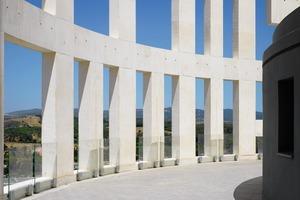 """Das Betonfachwerk reicht noch zwei Geschosse höher als die Dachterrasse. Das entspricht zweien der insgesamt zwölf Zeilen Text: """"non plus ultra""""<br />"""