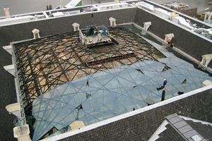 Um Spannungen und Brüche in den Glasplatten zu verhindern, wurde vor deren Fixierung die Setzung der Stahlkonstruktion abgewartet