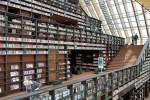 """<div class=""""10.6 Bildunterschrift"""">Man nennt die Bibliothek """"Bücherberg"""", da in ihrem Inneren die Bücher eindrucksvoll gestapelt sind und die Leseratten den """"Berg"""" über Treppen erklimmen müssen</div>"""