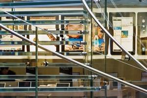 Die gefrittete Oberfläche der Glasstufen sorgt für Rutschsicherheit und besonders für Diskretion, denn die Treppe wird extrem beansprucht, da sie der einzige Zugang zum Store ist