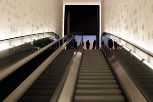 Über die längste gekrümmte Fahrtreppe der Welt im gemächlichen Schritttempo hinaus oder hinab (hier Blick nach oben zum Fenster)