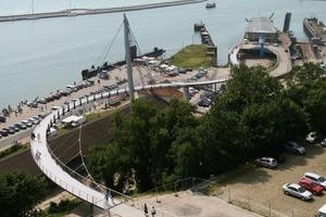 Die Brücke verbindet den Rügenplatz mit dem 22m tiefer liegenden Hafen<br />