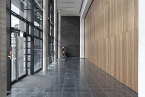 Hinter der Glaswand: Die öffenbare Wand hinter der Holzverkleidung rechts schließt den großen Veranstaltungssaal im EG