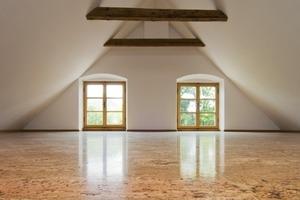 """<div class=""""13.6 Bildunterschrift"""">Im Dachgeschoss entstand nach dem Umbau ein großer heller Raum, auch hier wurden die Wände mit Reinkalkputz und einem weißen Anstrich modernisiert</div>"""