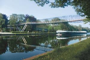 """Die Spannbandbrücke """"Slinky springs to fame"""" in Oberhausen ist mit dem Stahl-Innovationspreis 2012 ausgezeichnet worden. (Quelle: Stahl-Informations-Zentrum)"""