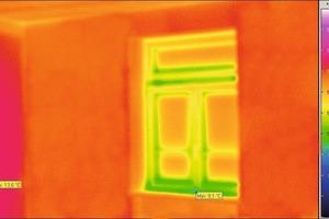 Verbesserung durch Innendämmung: Die orangerote Farbe zeigt ideale Wärmedämmung an. Die hohe Temperatur der Wandoberfläche bleibt ohne Wärmeverlust erhalten<br />